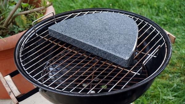 halbovaler grillstein aus granit f r den kugelgrill 30cm lang 20cm tief 3cm stark onlineshop. Black Bedroom Furniture Sets. Home Design Ideas